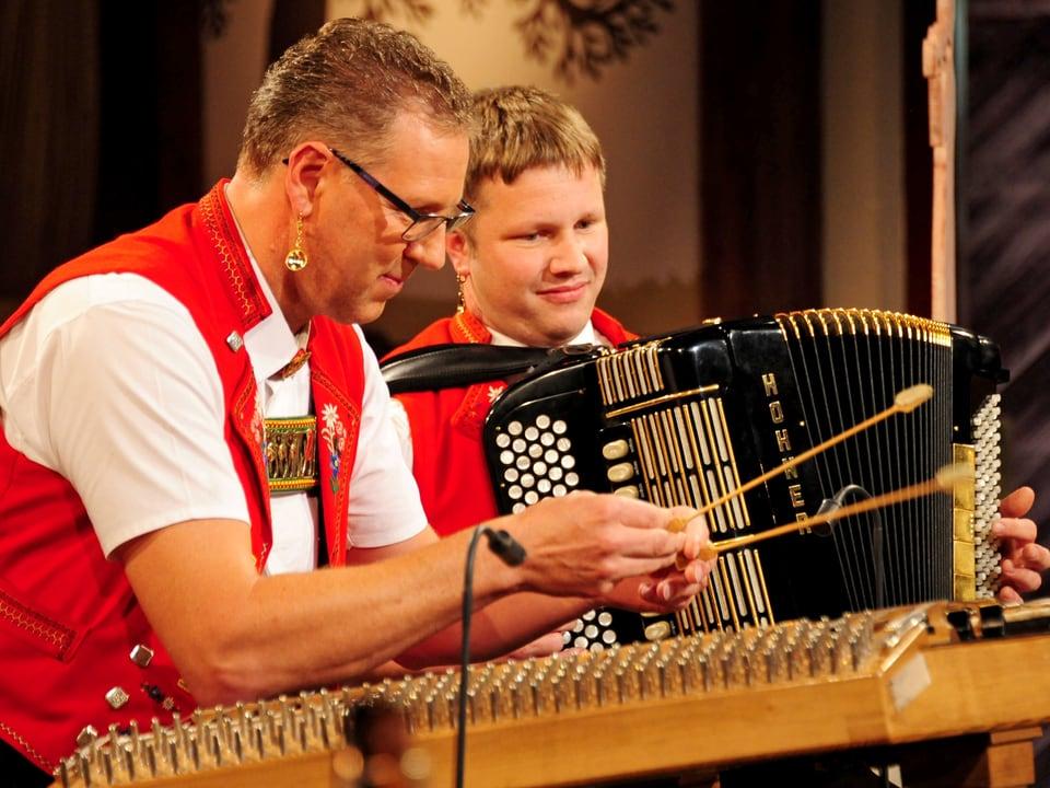 Die Setteretal-Buebe Albert Graf (Hackbrett) und Sepp Manser (Akkordeon).