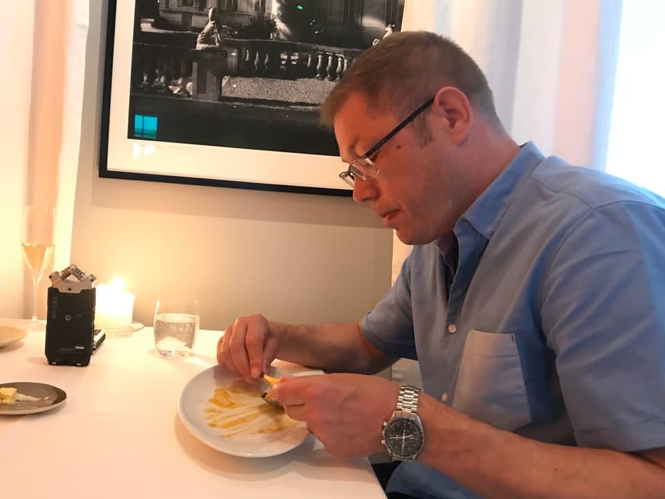 Ein Mann isst in einem Restaurant.