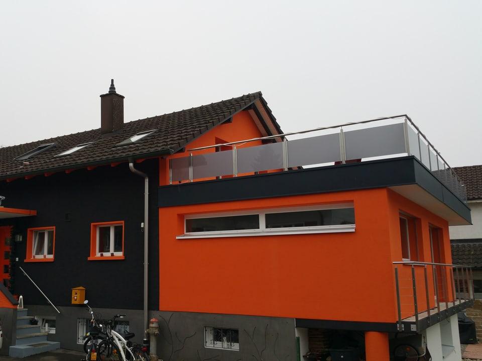 Schwarz-oranges Haus.