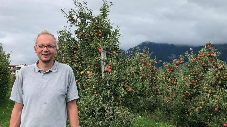 Marco Frey davart la cultivaziun da puma al Plantahof