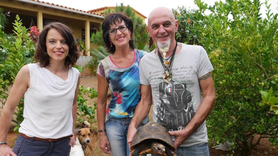Karibisches Paradies: Teres Brunett und Claudio Candrian im Garten ihrer Villa.