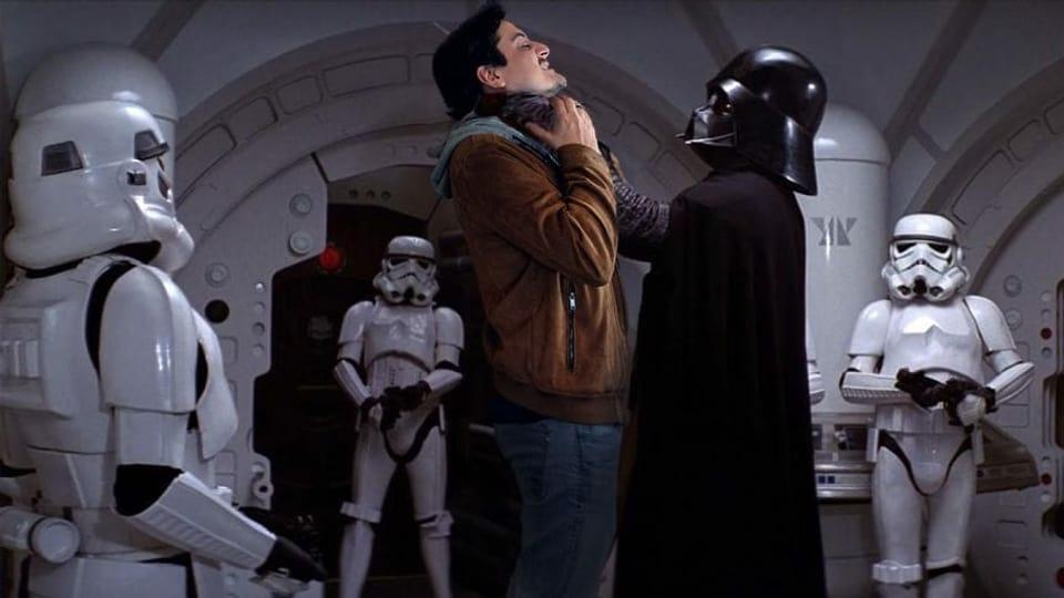 """Gefälschtes Bild: Darth Vader fasst Jonas Bayona an die Kehle, sie sind umstellt von Storm Troopers aus """"Star Wars"""""""