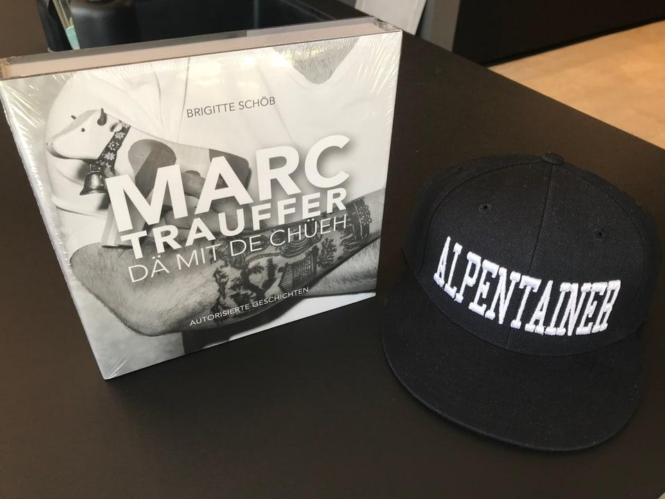 Marc Trauffer's Buch und seine Alpentainer Mütze