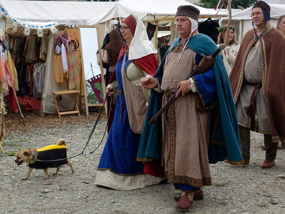 Mittelalterlich gekleidetes Paar mit Hund