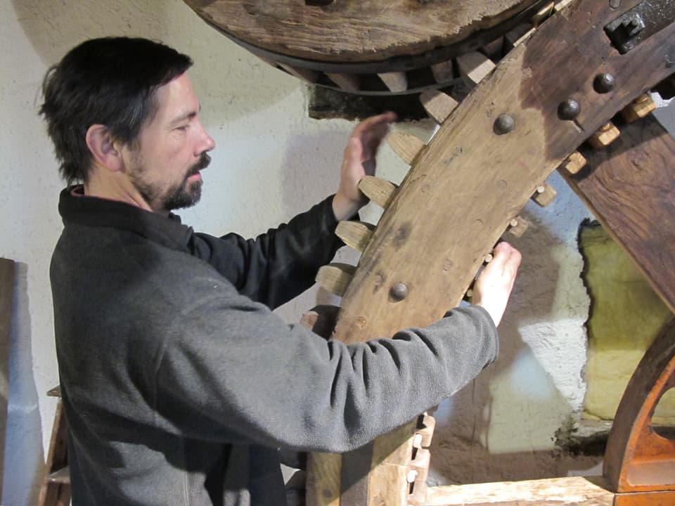 Kurt Fasnacht restauratiert ein Mühlerad.