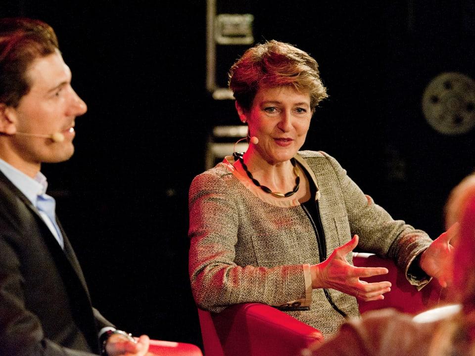 Fabian Cancellara und Simonetta Sommaruga sitzend in der Gesprächssituation auf der Bühne.