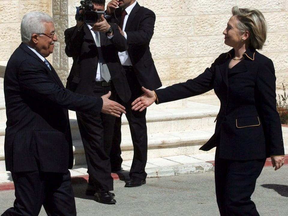 Il president muslimic dals Palestinais dat il maun a Hillary Clinton, era sch'ella è ina dunna.