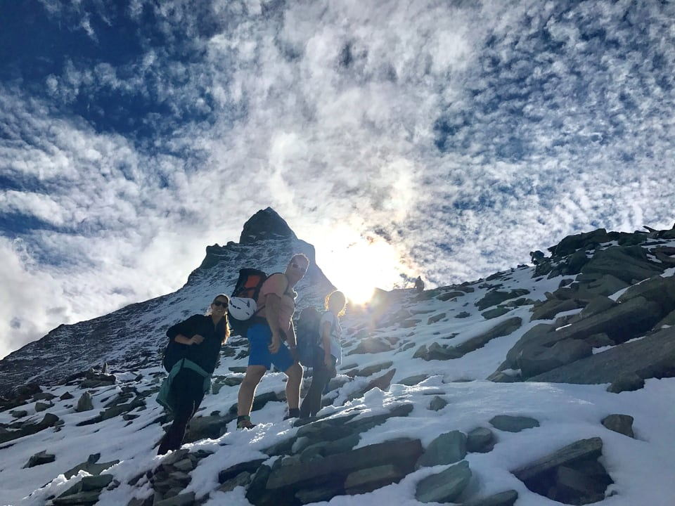 Menschen an einer Bergflanke.