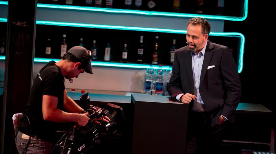 Michel Gammenthaler und ein Kameramann stehen in der Labor Bar.