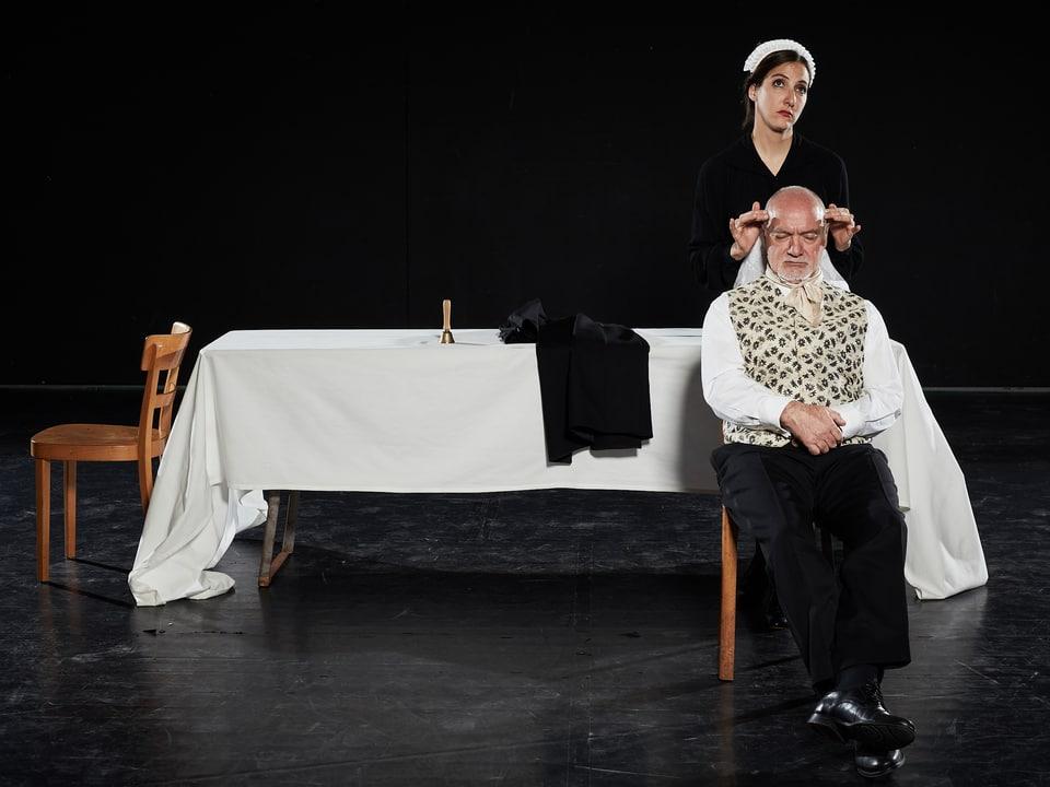 Elisetta (Maria Catrina Caduff) e ses patrin Don Annibale (Armin Caduff)