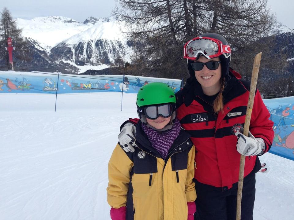"""Ladina Eichholzer auf der Piste mit einer Skischülerin am Übungshang in Salastrains. Hier werden """"Pizza"""" – Stemmbogen und """"Spaghetti"""" geübt."""