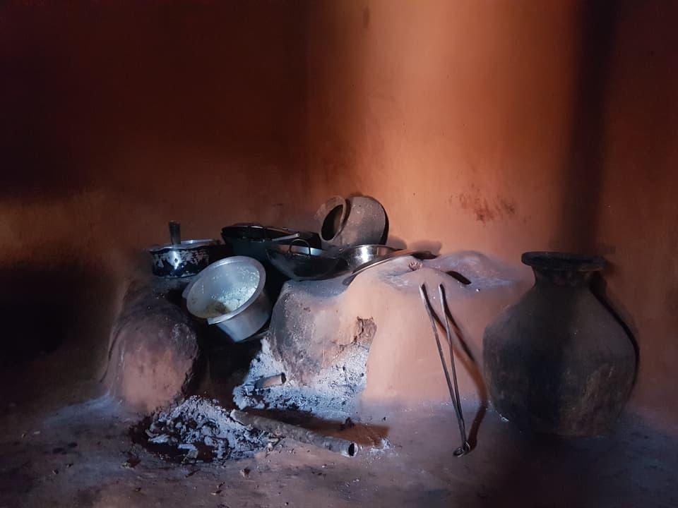 Das Bild zeigt eine Feuerstelle.