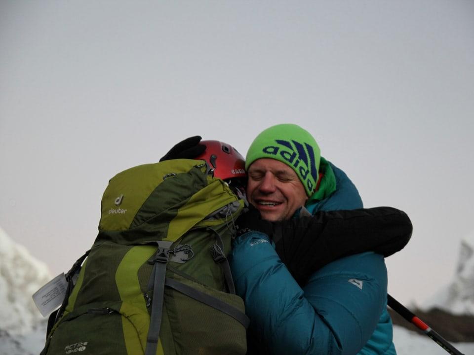 Zwei Teilnehmer umarmen sich.