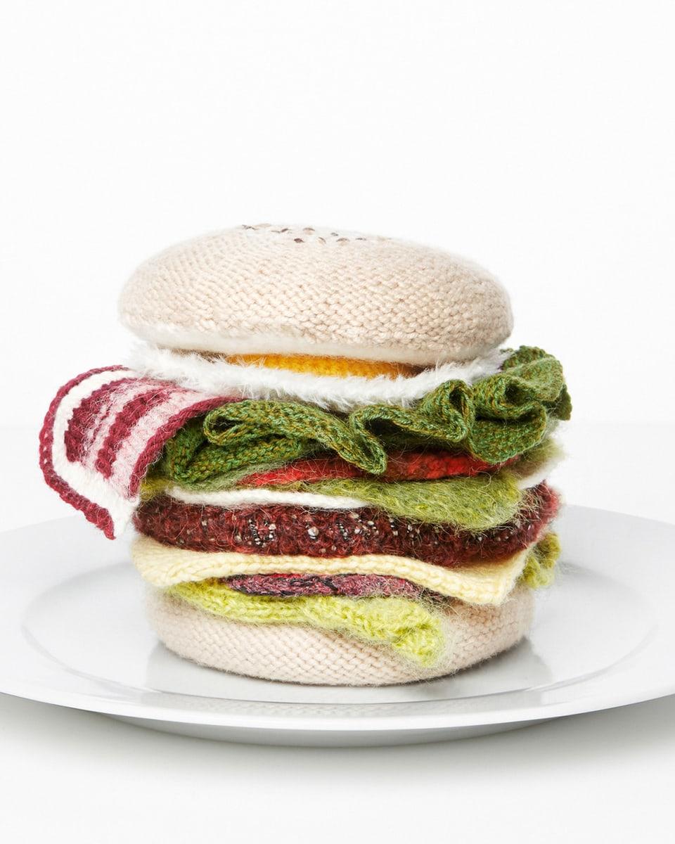 Ein gestrickter Hamburger.