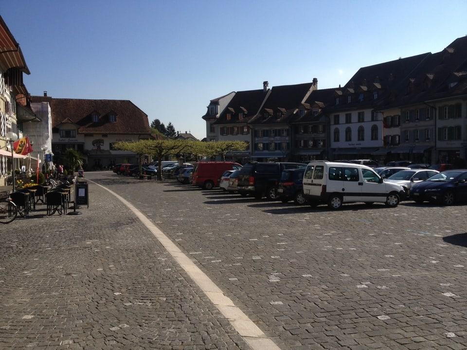Imposanter Altstadtplatz in Aarberg BE