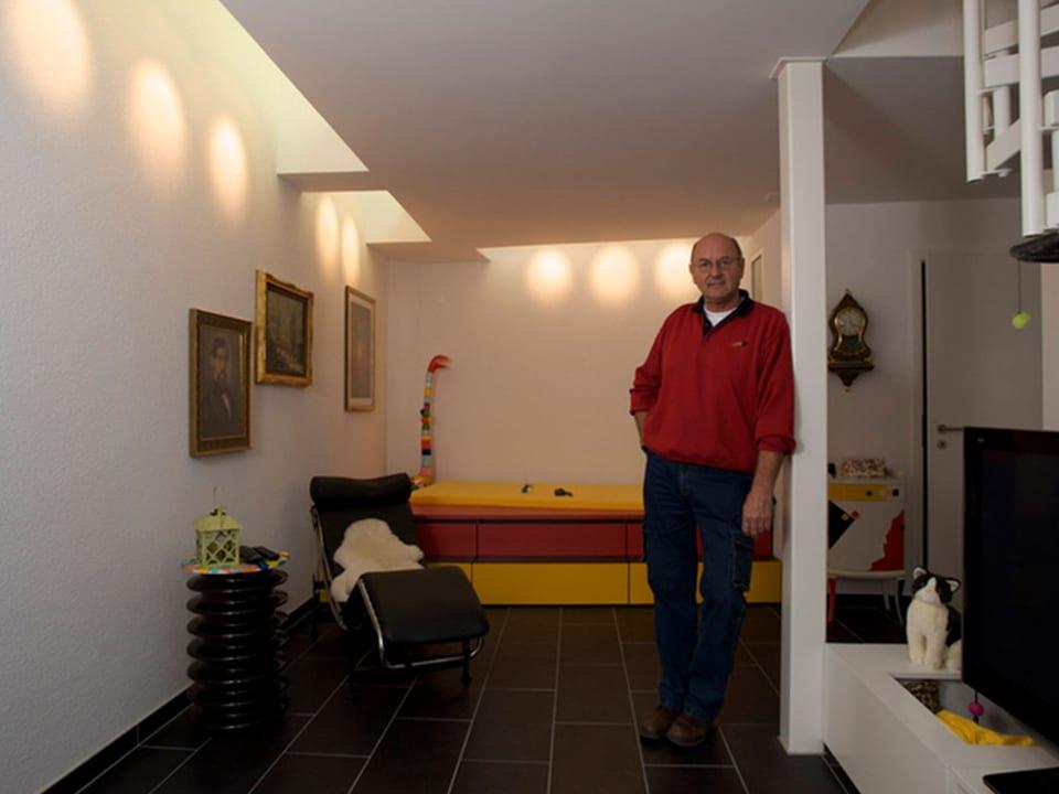 Paul Fischler mit rotem Pullover in seinem Trafohaus.