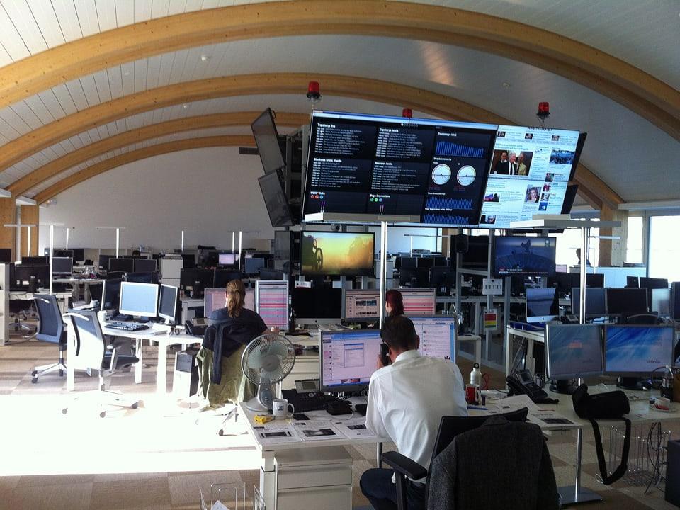 Journalisten arbeiten im Newsroom