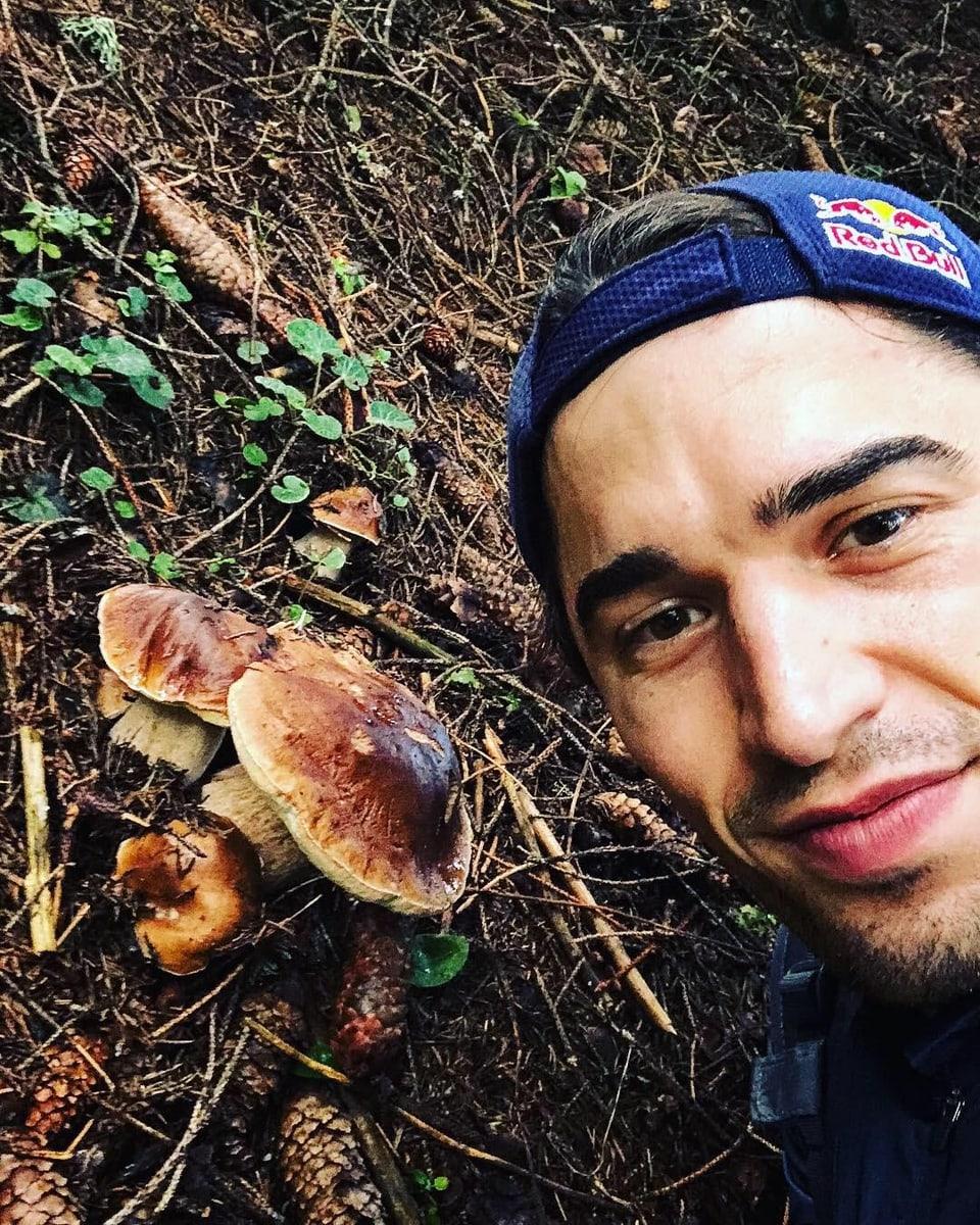 Max Heinzer im Wald neben einem Pilz