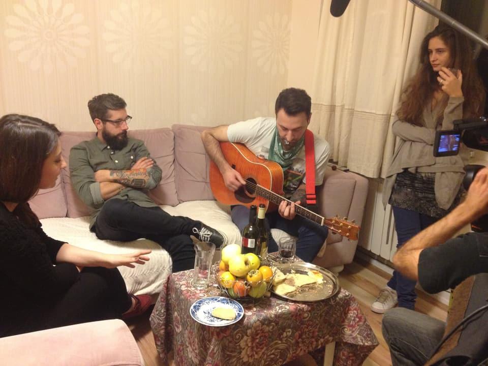 Andi wird von Radio-Moderatorin Mari und ihren Freunden zum Abendessen eingeladen. Serviert wird gute Live-Musik, Chatschapuri (Käsepizza) und viel Herzlichkeit. Gäste gelten in Georgien noch immer als 'Geschenk Gottes'.