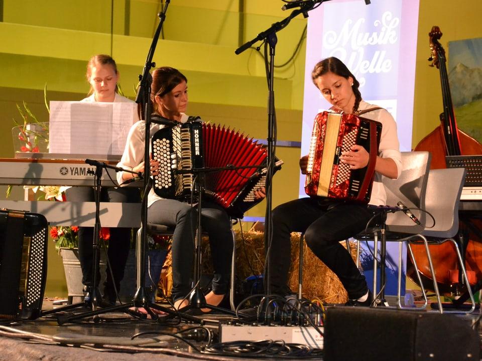 Esther, Rafaela und Liliana bei ihrem Auftritt als Trio beim Nationalen Final des Wettbewerbs «Folklorenachwuchs 2013».
