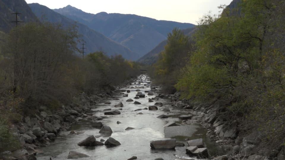 Begradigter Flusslauf im Tessin.