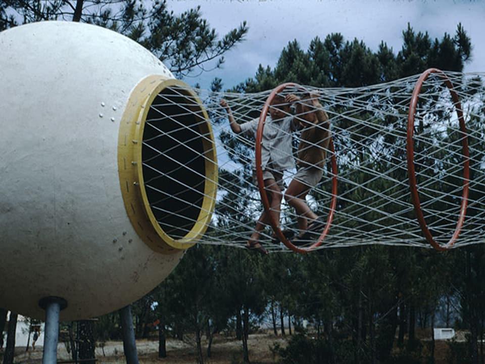 Spielplatz mit Netz und Kugel.
