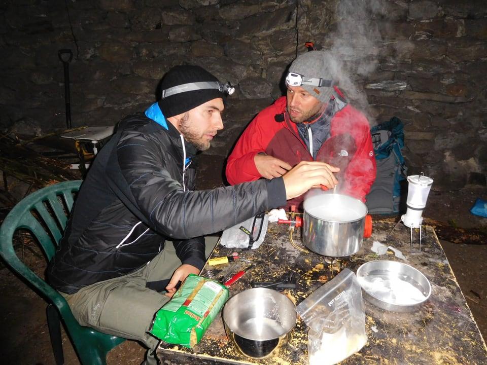 Jonny Fischer und Manuel Burkart kochen in Schutzhütte.
