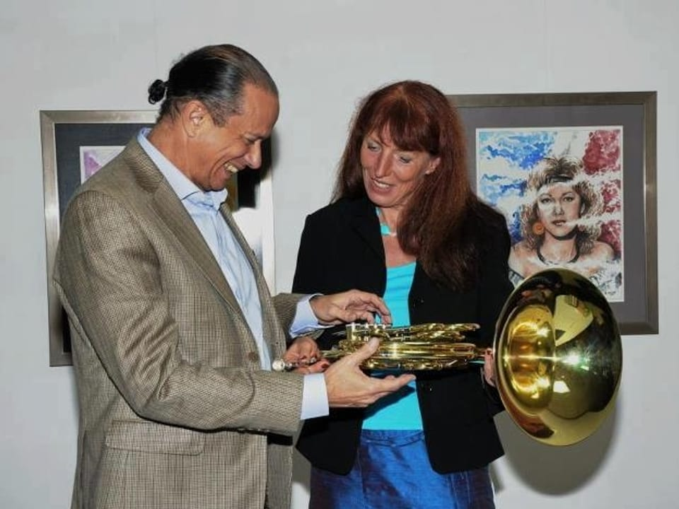 Cornelia Diethelm schenkt dem dominikanischen Kulturminister ein Waldhorn als Symbol für die Instrumenten-Spenden von «Musik übers Meer 2012».