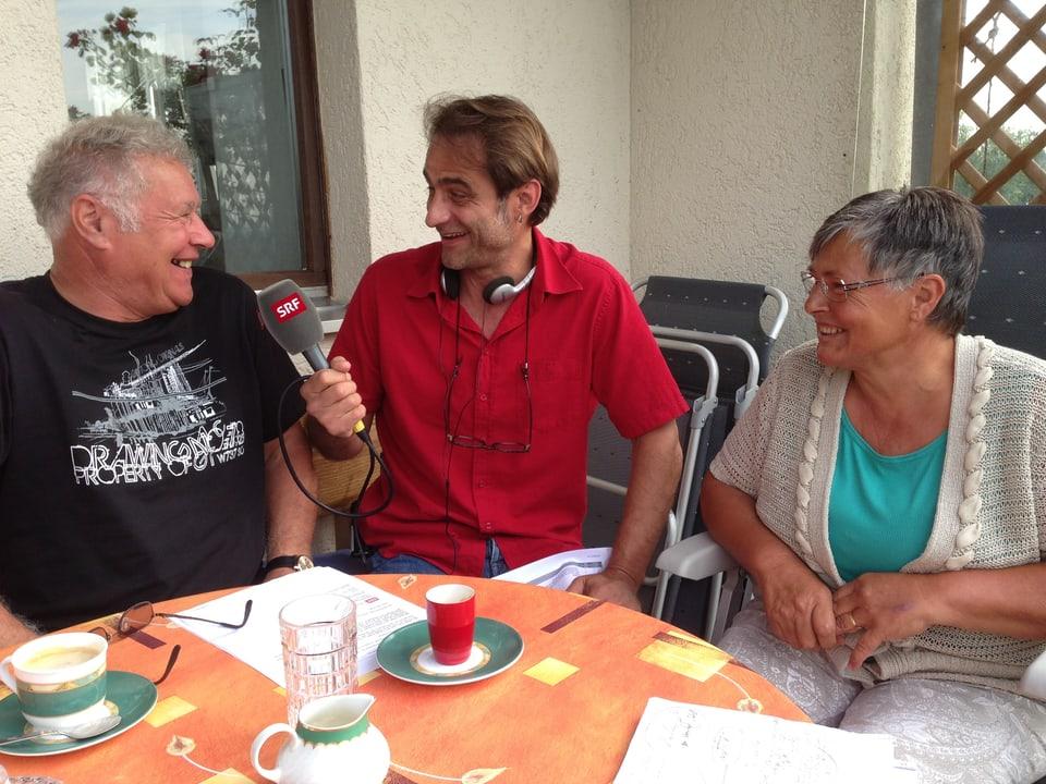 Hans und Monika Eberle erzählen Thomy Scherrer vom Verkauf des Hofs.
