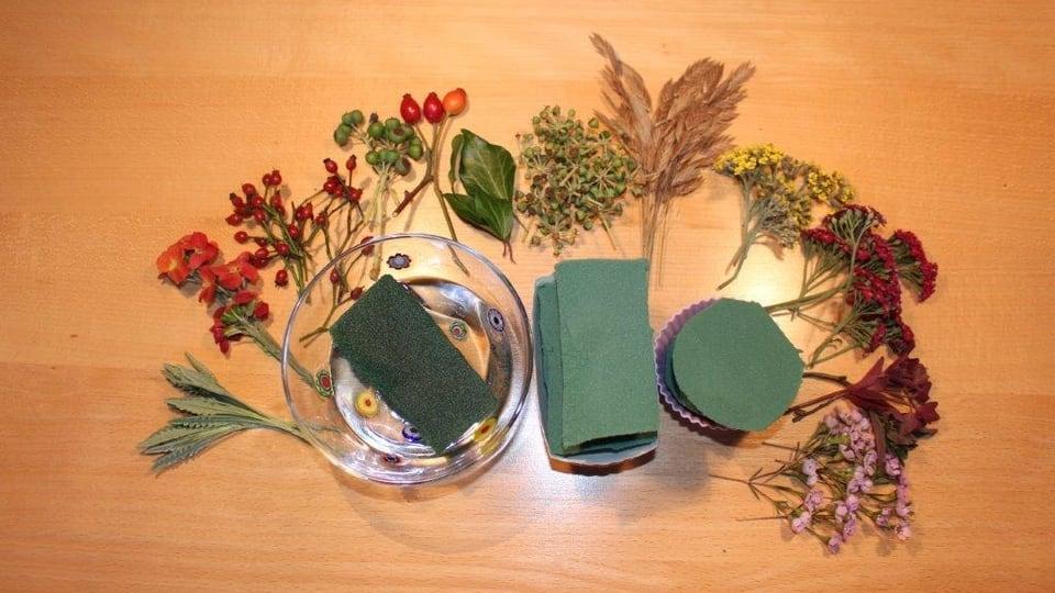 Cupcake – Backformen aus beschichtetem Pappkarton und / oder Silikon, Steckmasse (Oasis), Blüten, Blätter und Kräuter aus dem Garten und evtl. Schnittblumen vom Blumenladen.
