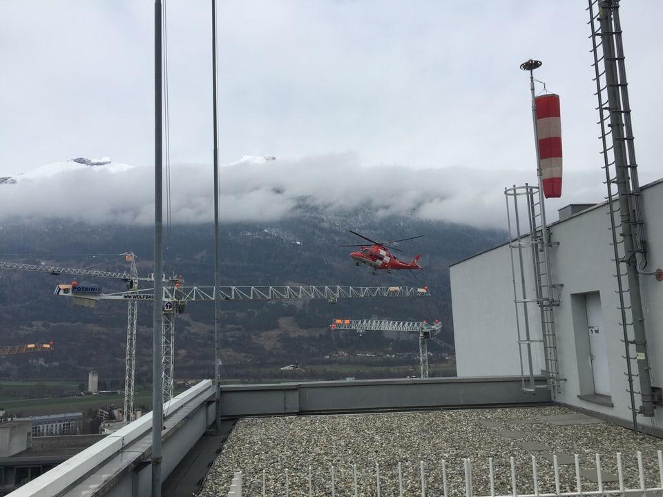 Rettungshelikopter ist im Anflug beim Kantonsspital Graubünden in Chur.
