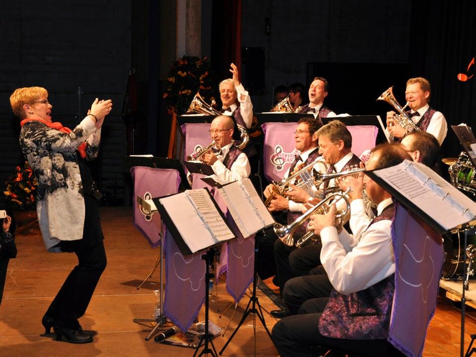 Christine Gertschen applaudiert den Musikanten der Wiggertaler Blaskapelle nachdem sie den Zofinger-Marsch erfolgreich dirigierte.