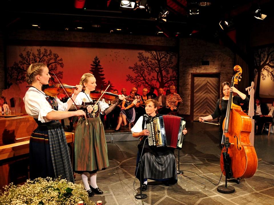 Arlette Wismer (Geige, Mitte) mit ihrem Ensemble mit Léonie Wismer (Geige), Doris Erdin (Akkordeon) und Martina Rohrer (Kontrabass).