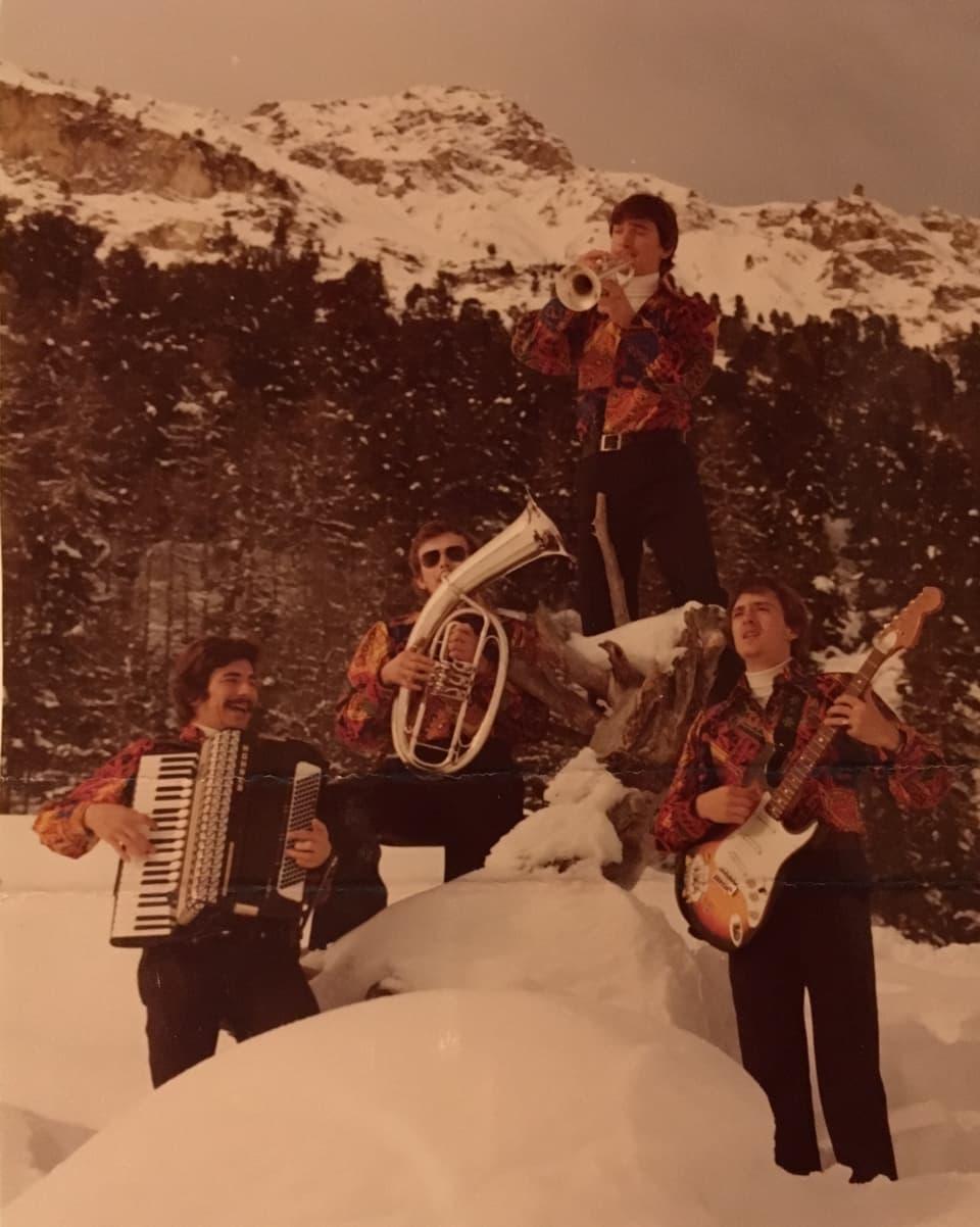 Quatter musicists en la cuntrada da la Val Roseg.