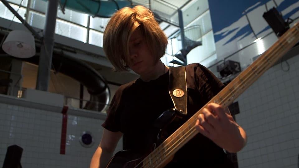 Martina Berther suna ses e-bass.