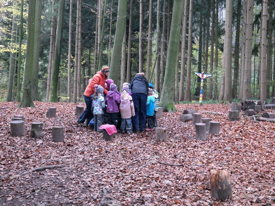 Kinder und die Lehrerinnen im Kreis versammelt.