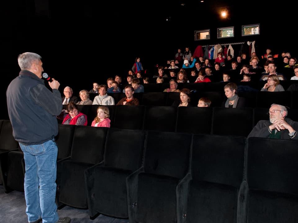 Andreas Moser führte durch den Filmabend (Andreas Moser spricht vor Filmpublikum)