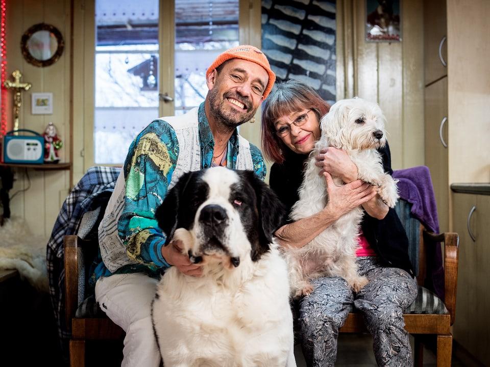 Reinhard und Renate König mit zwei Hunden.
