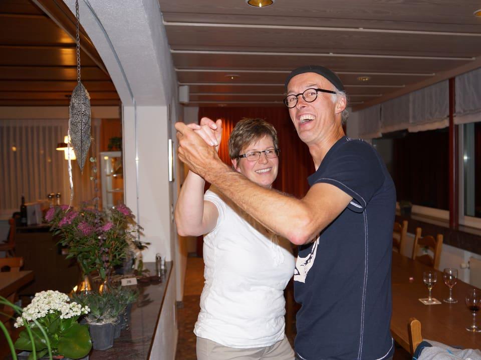 Zwei Tanzende im Saal eines Restaurants.