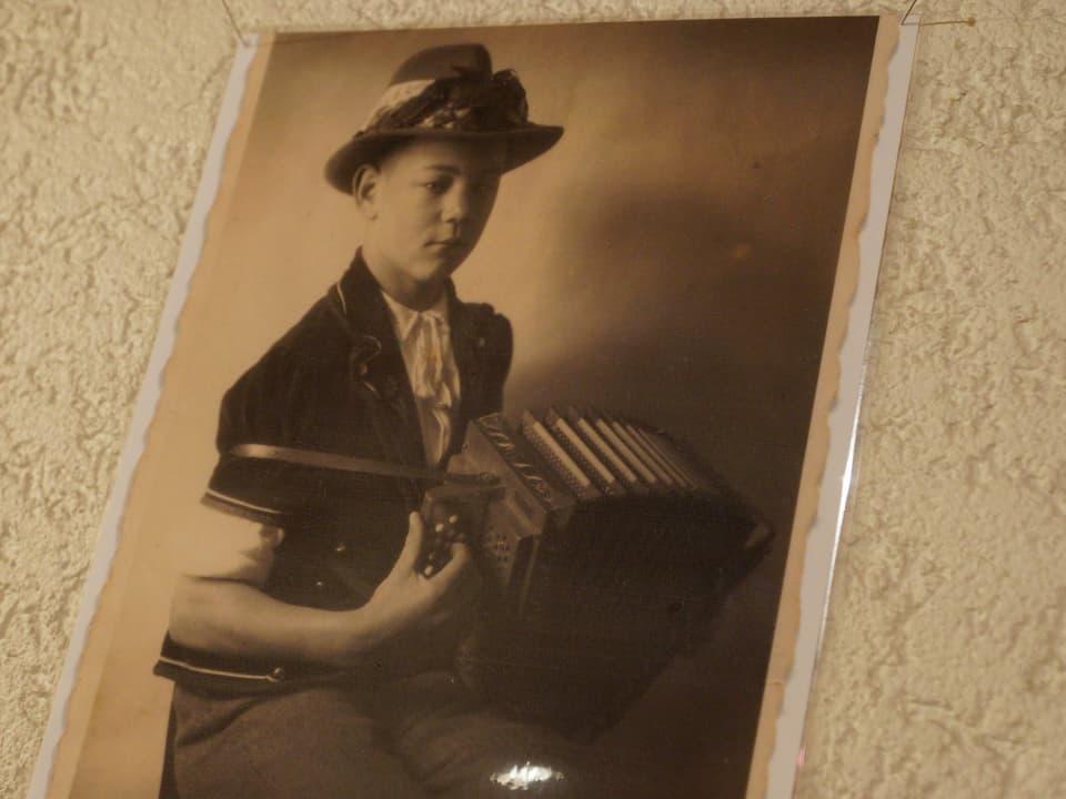Altes Foto mit jungem Giovanelli, schon damals mit Handorgel.