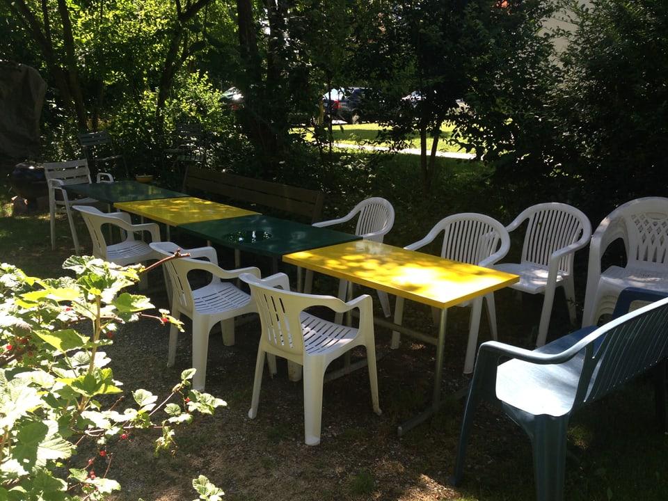 Gartentische und Stühle.