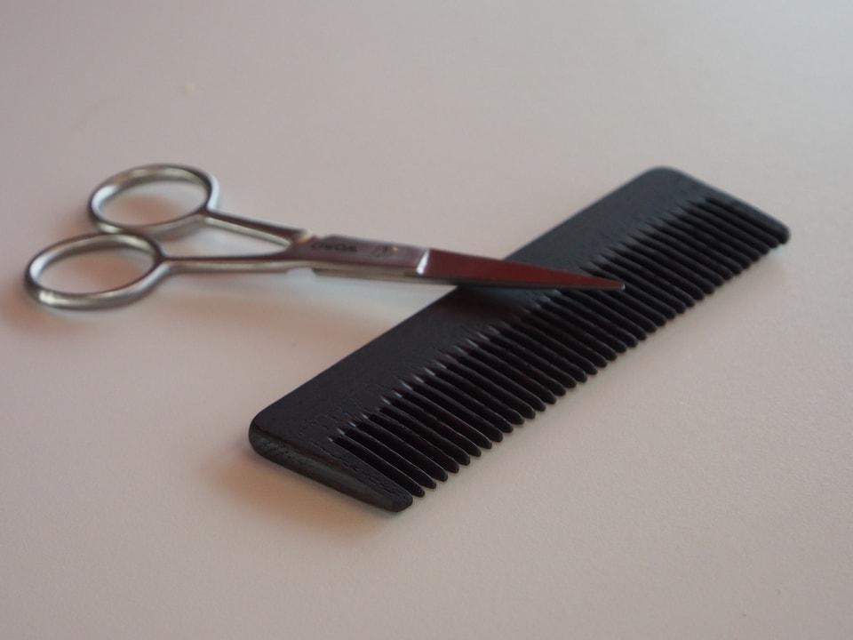 Kamm aus Eschenholz und eine Schere für den Bartschnitt.
