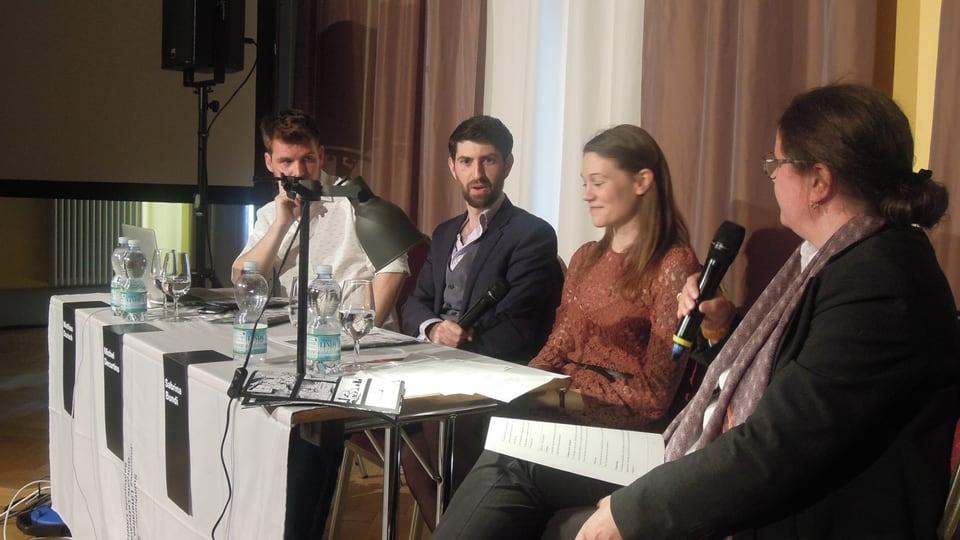 Durant la preschentaziun dal Crestomat: Matthias Durisch, Michel Decurtins, Sabrina Bundi  cun la moderaziun dad Esther Krättli