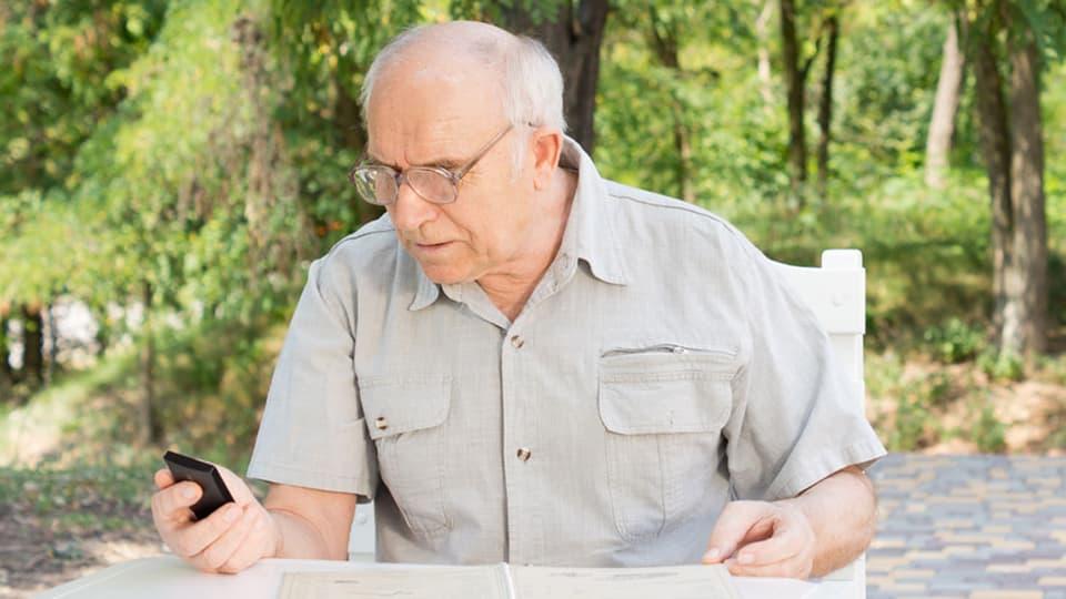 testsieger seniorenhandys im test zwei berzeugen. Black Bedroom Furniture Sets. Home Design Ideas