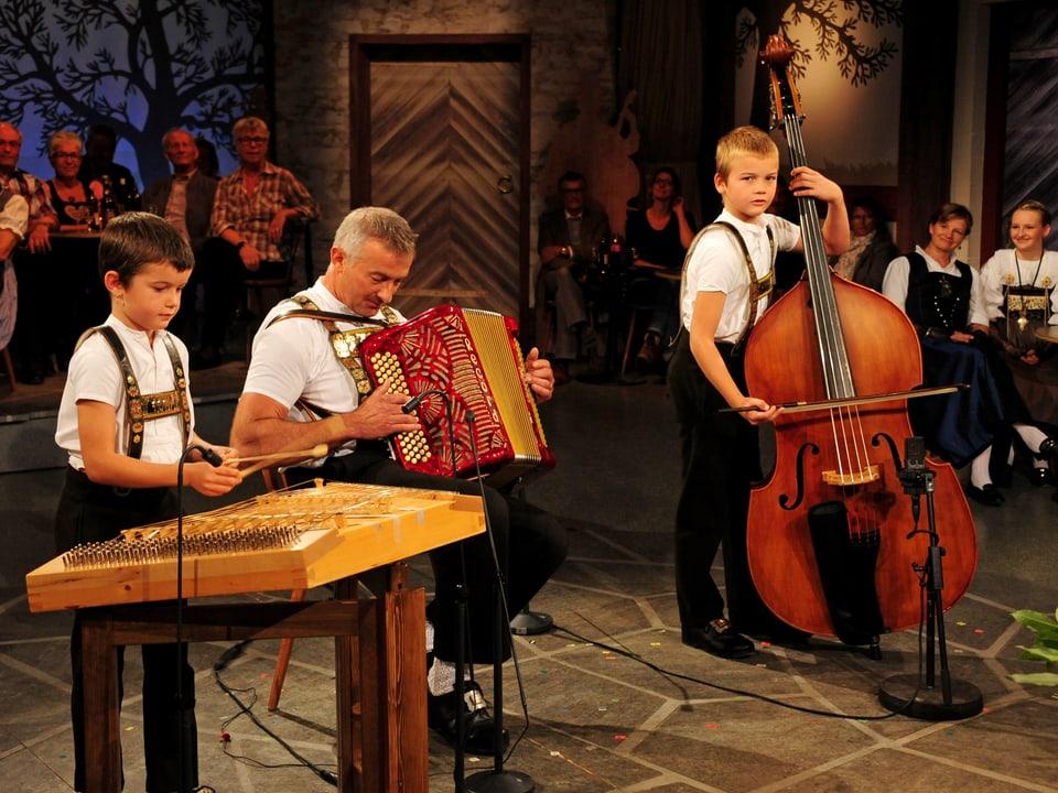 Die Nachwuchsformation Kapelle Tüfnergruess mit Nino Nef (Hackbrett), Werner Nef (Akkordeon) und Kilian Nef (Kontrabass)