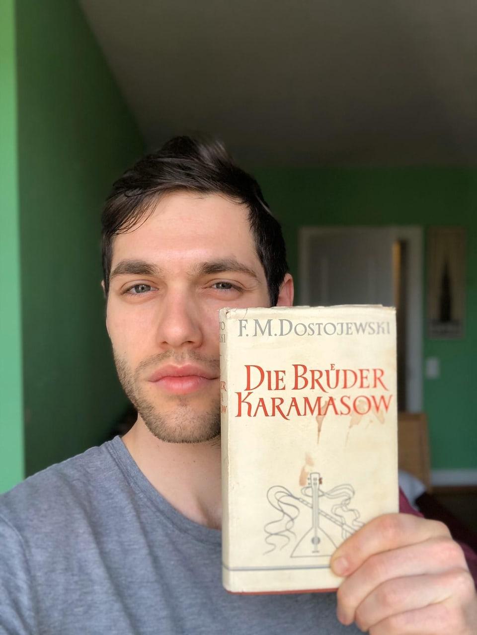 Laurin Buser mit Buch von Dostojewski