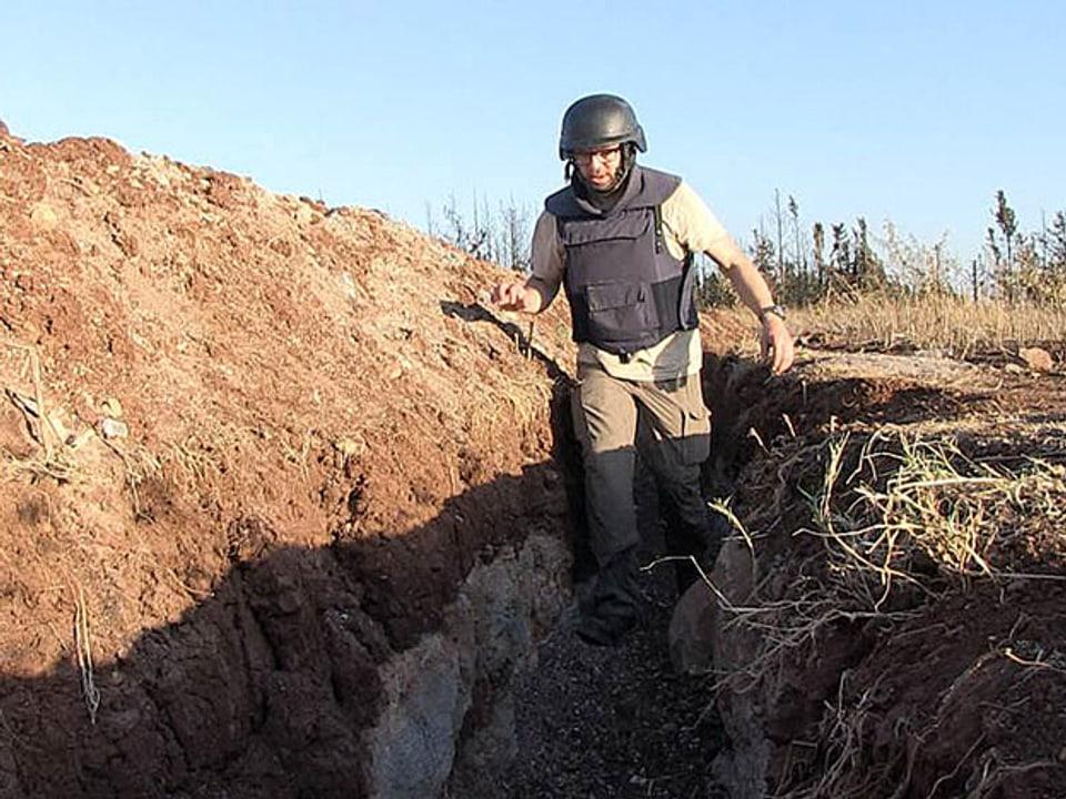 Kurt Pelda mit Helm in einem Schützengraben in Aleppo.