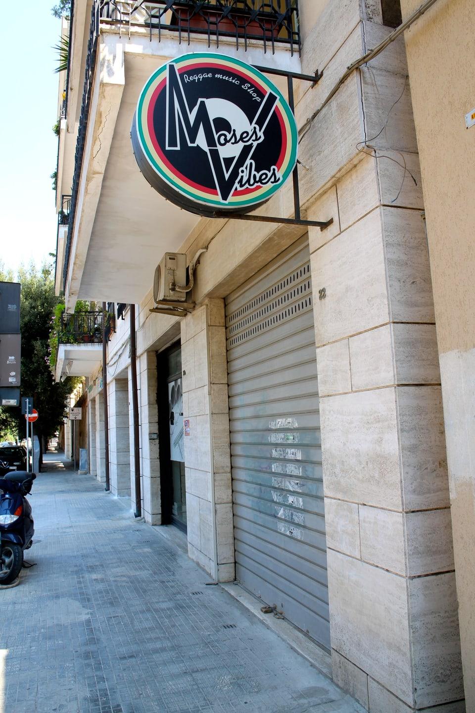 Reggae Special Redaktor Lukas Wyniger traf 3 mal auf den geschlossenen Plattenladen «Moses Vibes» bevor ihn Gigi Selekta ein letztes mal für ihn öffnete.