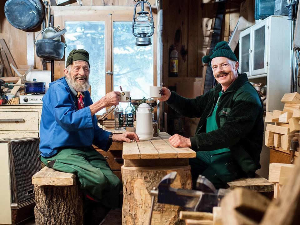 Beat und Sepp prosten sich mit Teetassen zu.