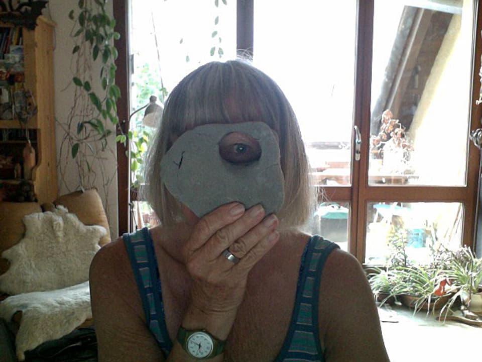 Anita Tobler blickt durch Lochstein.